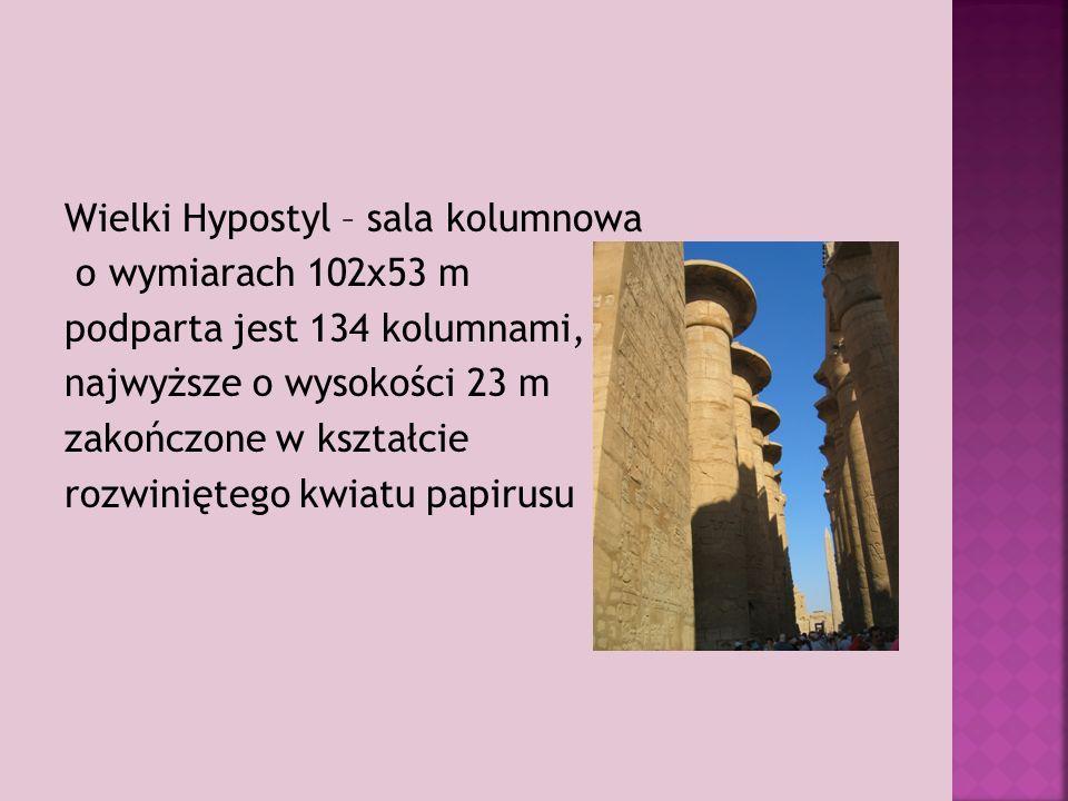 Wielki Hypostyl – sala kolumnowa o wymiarach 102x53 m podparta jest 134 kolumnami, najwyższe o wysokości 23 m zakończone w kształcie rozwiniętego kwiatu papirusu