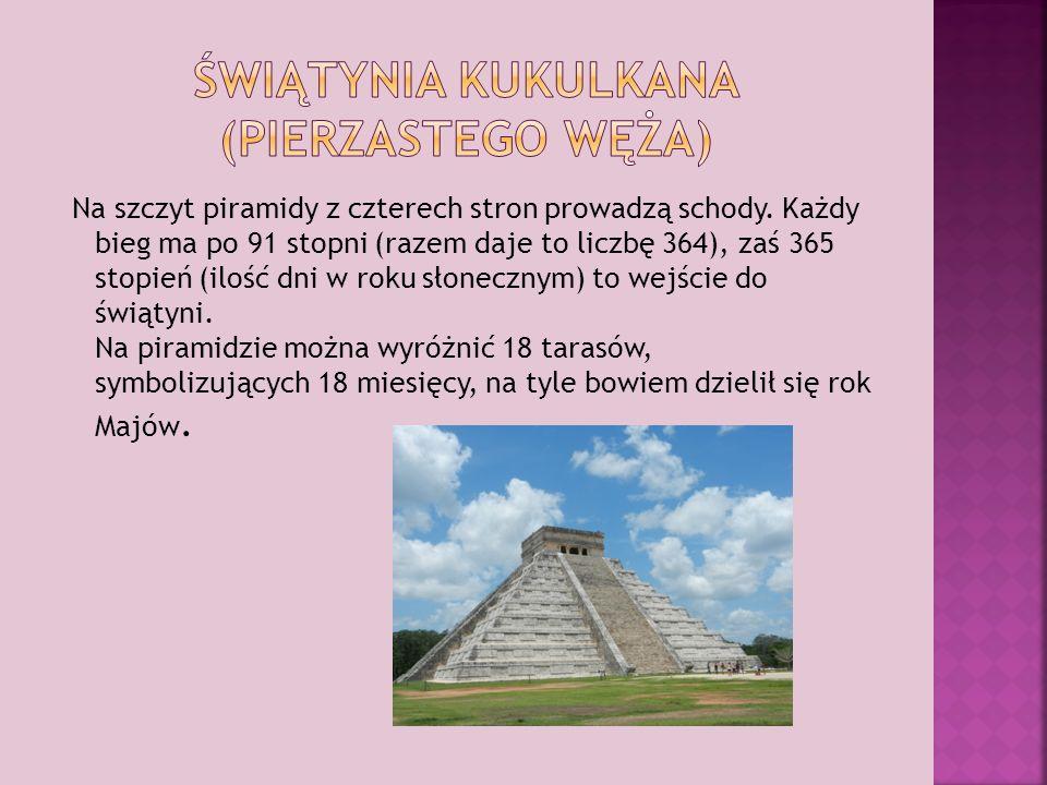 Na szczyt piramidy z czterech stron prowadzą schody.