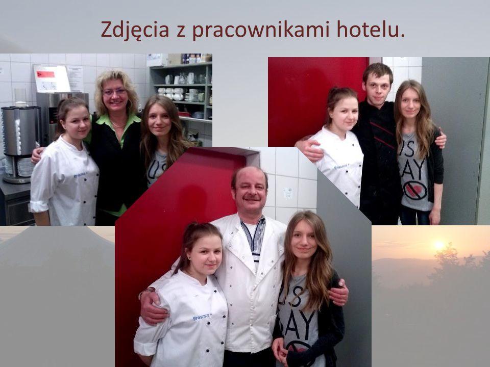 Zdjęcia z pracownikami hotelu.