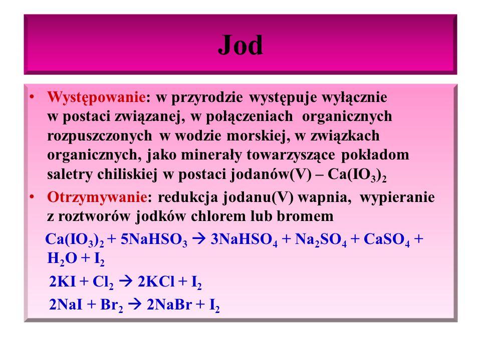 Jod Właściwości fizyczne jodu: Ciało stałe, o budowie krystalicznej, barwy fioletowoczarnej (szaroczarnej) o metalicznym połysku, łatwo ulega sublimacji, tworząc filetowe pary, o ostrym zapachu, toksyczny, ma działanie parzące, podrażnia błony śluzowe Jod bardzo słabo rozpuszcza się w wodzie, natomiast bardzo dobrze rozpuszcza się w obecności I -, [(roztwór KI, tworząc jony I 3 - (7% roztwór jodu roztworze KI – płyn Lugola o barwie żółtobrunatnej)], dobrze rozpuszcza się w rozpuszczalnikach organicznych - alkoholu (3% w 90% etanolu – jodyna o barwie żółtobrunatnej), CHCl 3, CS 2, CCl 4, – roztwory barwy fioletowej