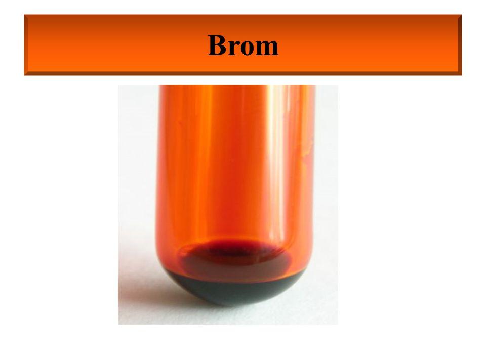 Otrzymywanie bromu: z bromków w reakcji z gazowym chlorem 2NaBr + Cl 2  2NaCl + Br 2 Właściwości chemiczne bromu: W związkach chemicznych występuje na stopniach utlenienia: –I (HBr, KBr, CaBr 2 ); +I (Br 2 O; HBrO); +III (NaBrO 2 ); +V (HBrO 3, Ba(BrO 3 ) 2 ); +VII (HBrO 4, KBrO 4 ) Brom nie reaguje z tlenem, jego tlenki Br 2 O, BrO 2, Br 2 O 5 otrzymuje się metodami pośrednimi Mg, Pb, Ni pod wpływem bromu ulegają pasywacji
