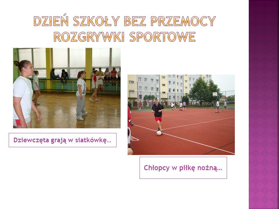 Dziewczęta grają w siatkówkę.. Chłopcy w piłkę nożną…