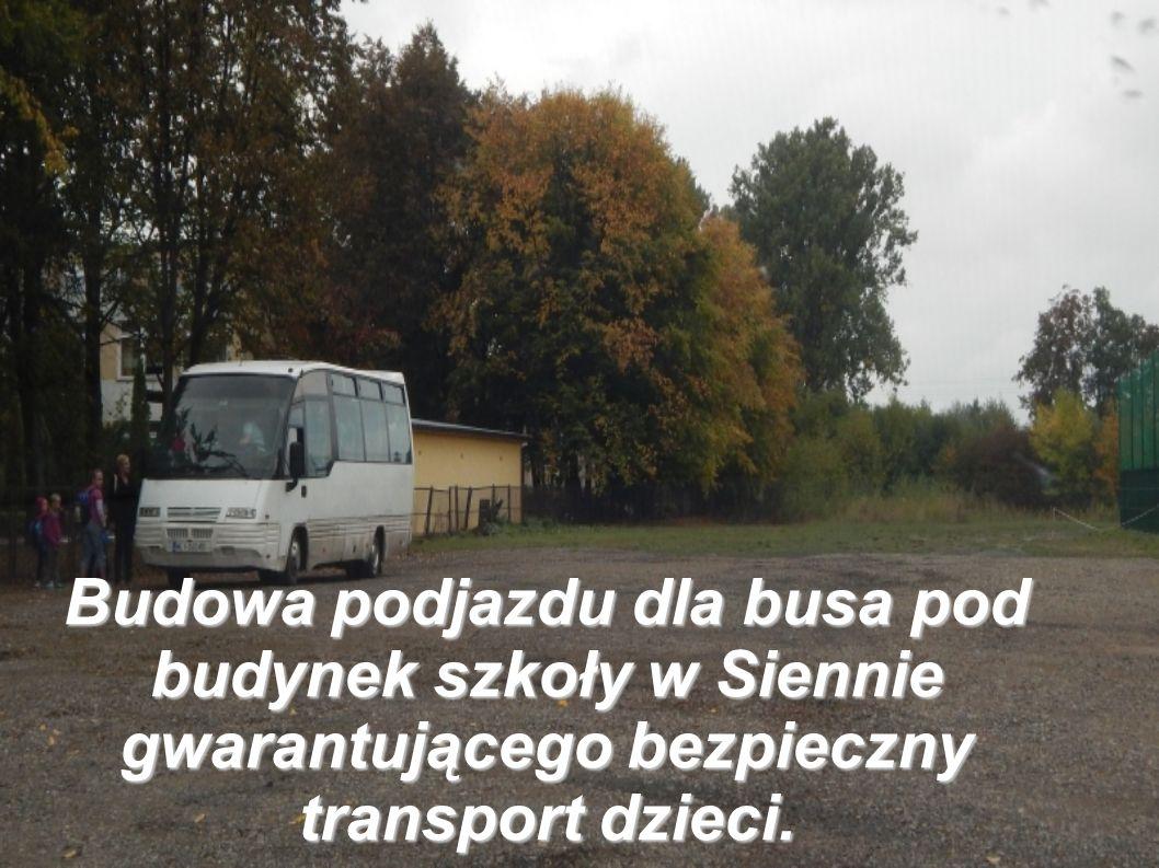 Budowa podjazdu dla busa pod budynek szkoły w Siennie gwarantującego bezpieczny transport dzieci.