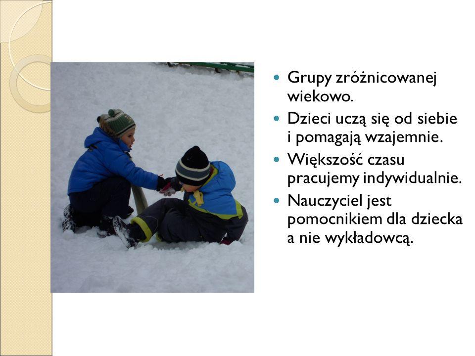 Grupy zróżnicowanej wiekowo. Dzieci uczą się od siebie i pomagają wzajemnie.