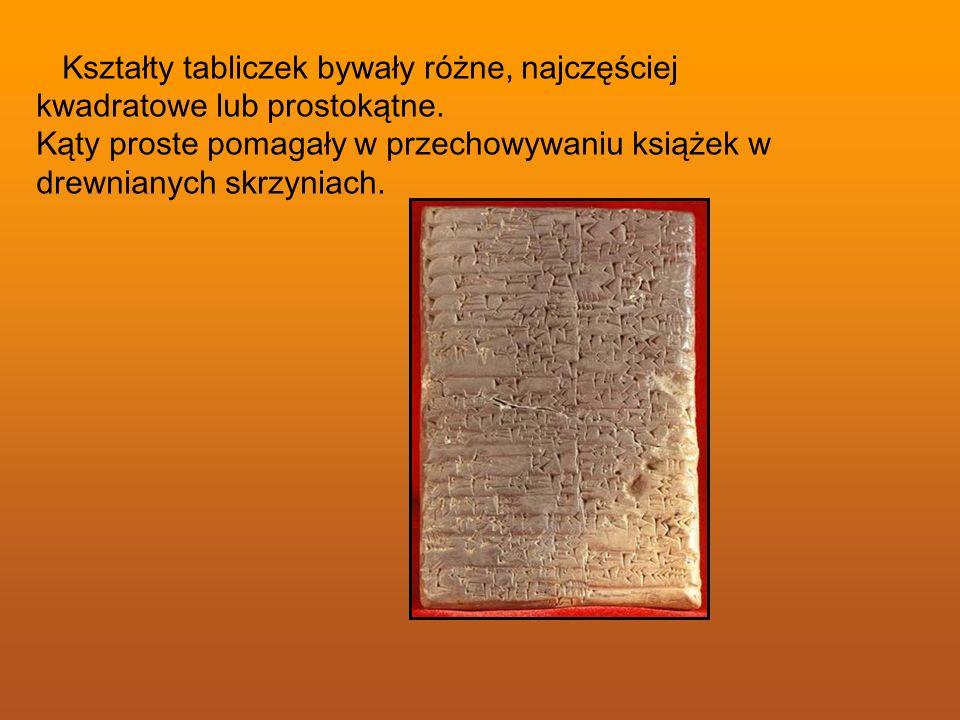 Kształty tabliczek bywały różne, najczęściej kwadratowe lub prostokątne. Kąty proste pomagały w przechowywaniu książek w drewnianych skrzyniach.
