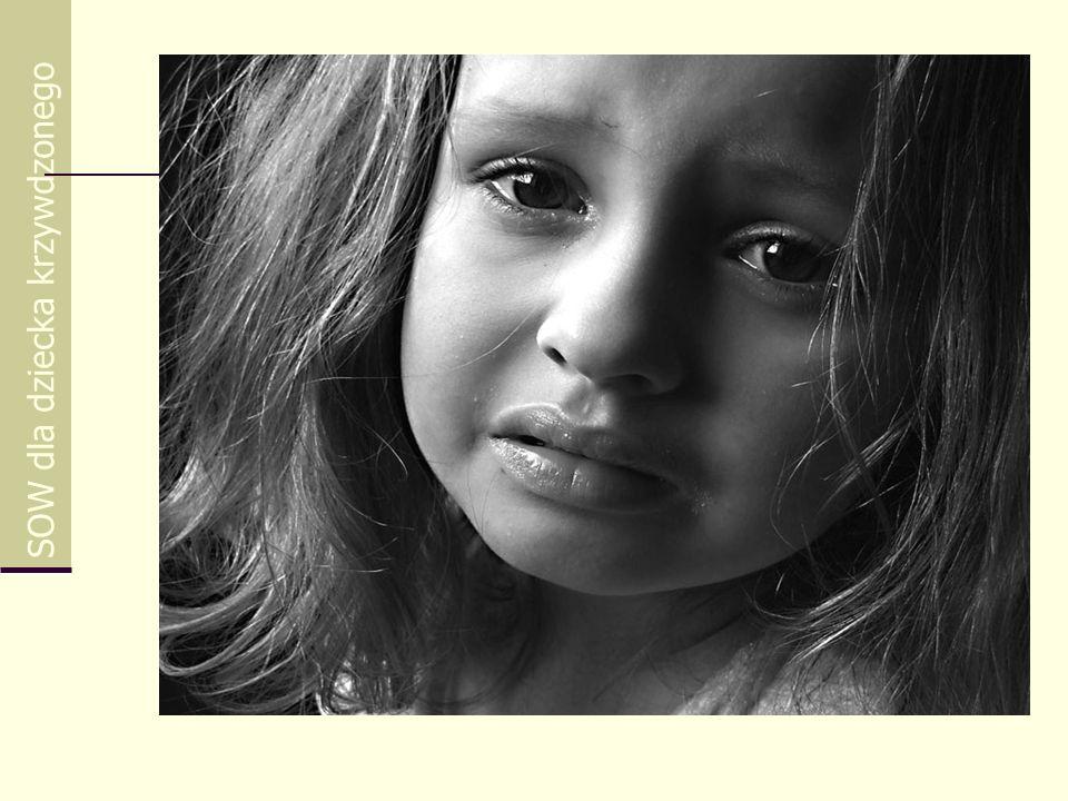 Zjawisko krzywdzenia dzieci jako problem społeczny SOW dla dziecka krzywdzonego Przeobrażenia społeczno-ustrojowe ostatnich lat w Polsce powodują, że wiele rodzin nie potrafi radzić sobie w nowych warunkach z rozwiązywaniem życiowych problemów, co prowadzi do zjawisk patologicznych, w tym krzywdzenia dzieci.