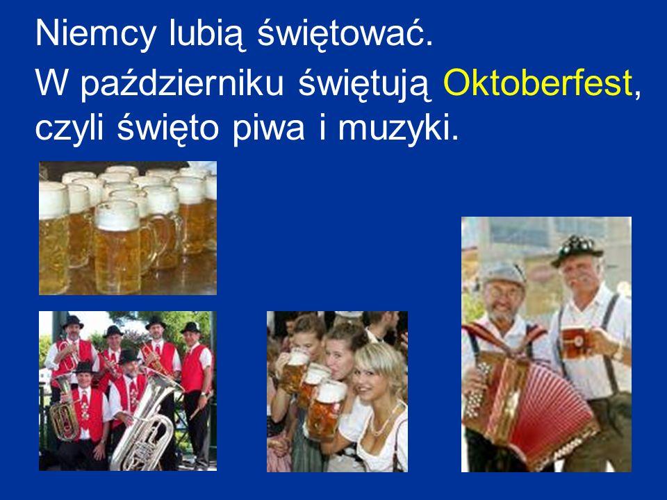 Niemcy lubią świętować. W październiku świętują Oktoberfest, czyli święto piwa i muzyki.