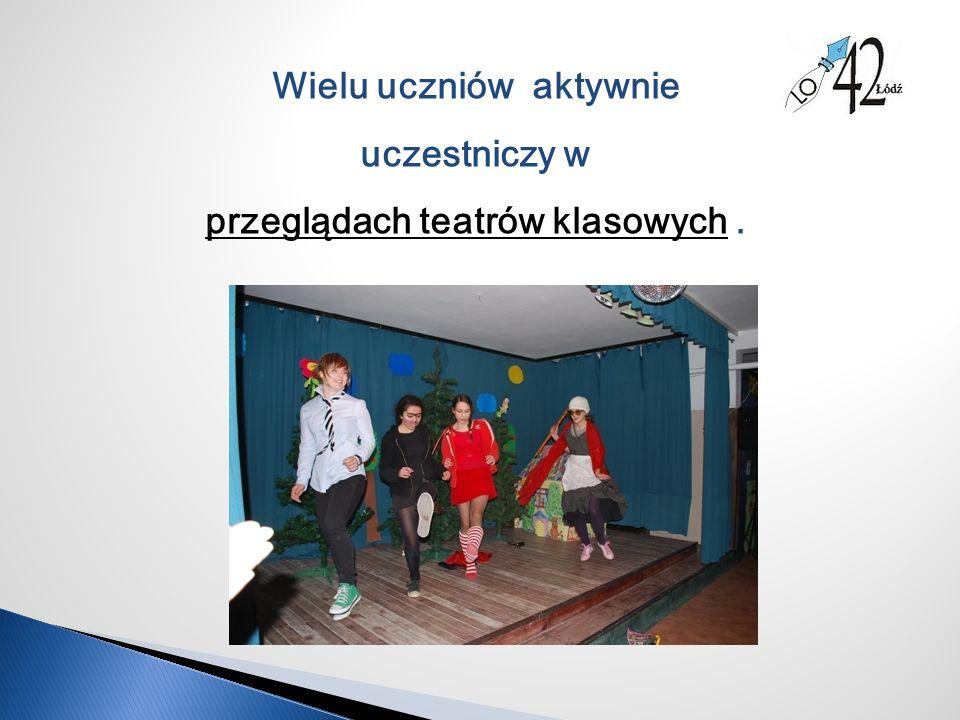 Wielu uczniów aktywnie uczestniczy w przeglądach teatrów klasowych.