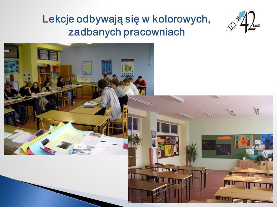 Lekcje odbywają się w kolorowych, zadbanych pracowniach