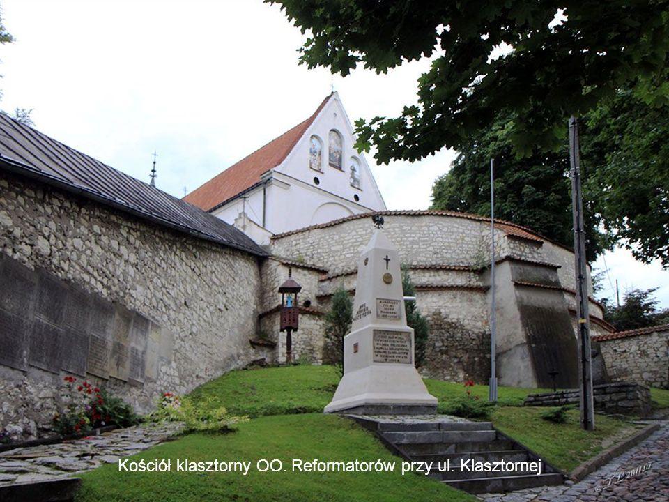 Urokliwe domy przy ul.Krakowskiej Ulica Krzywe koło, w tle kościół farny Kościół klasztorny OO.