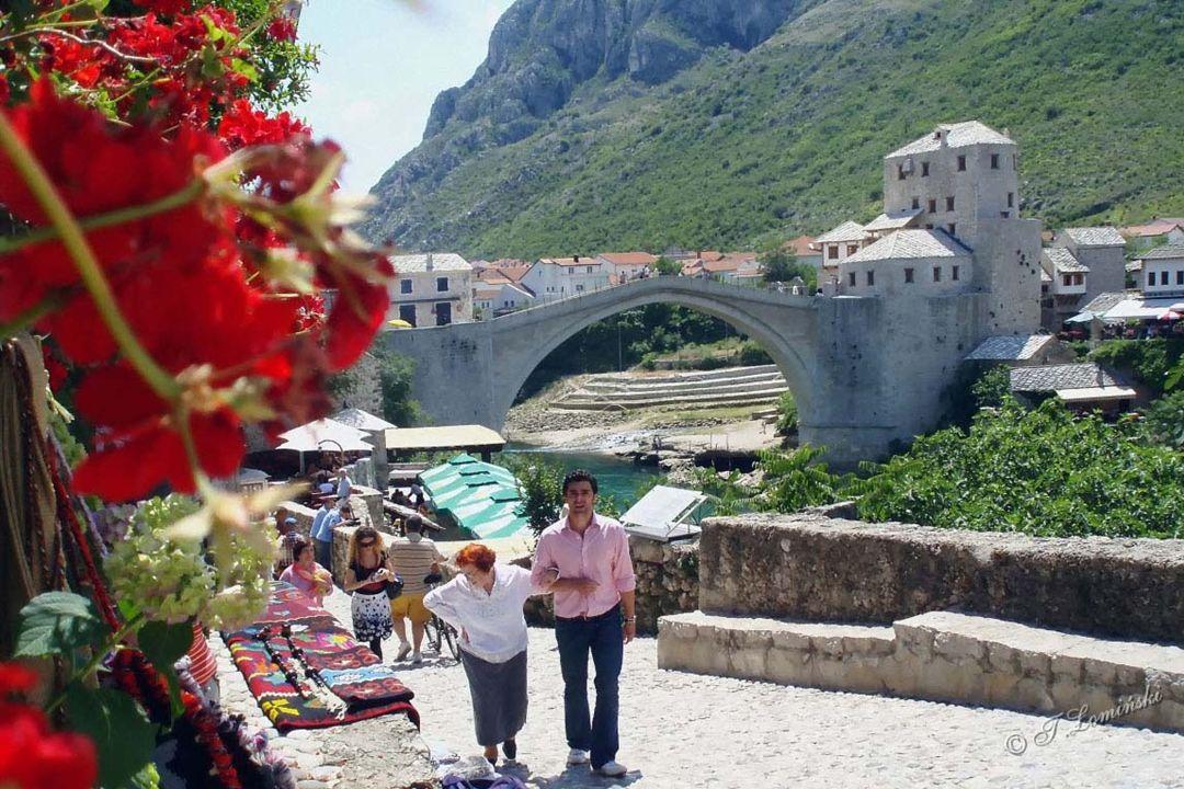 """Miejscowi śmiałkowie za """"euro opłatą skaczą z mostu do Neretwy."""