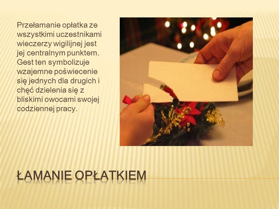 Przełamanie opłatka ze wszystkimi uczestnikami wieczerzy wigilijnej jest jej centralnym punktem.