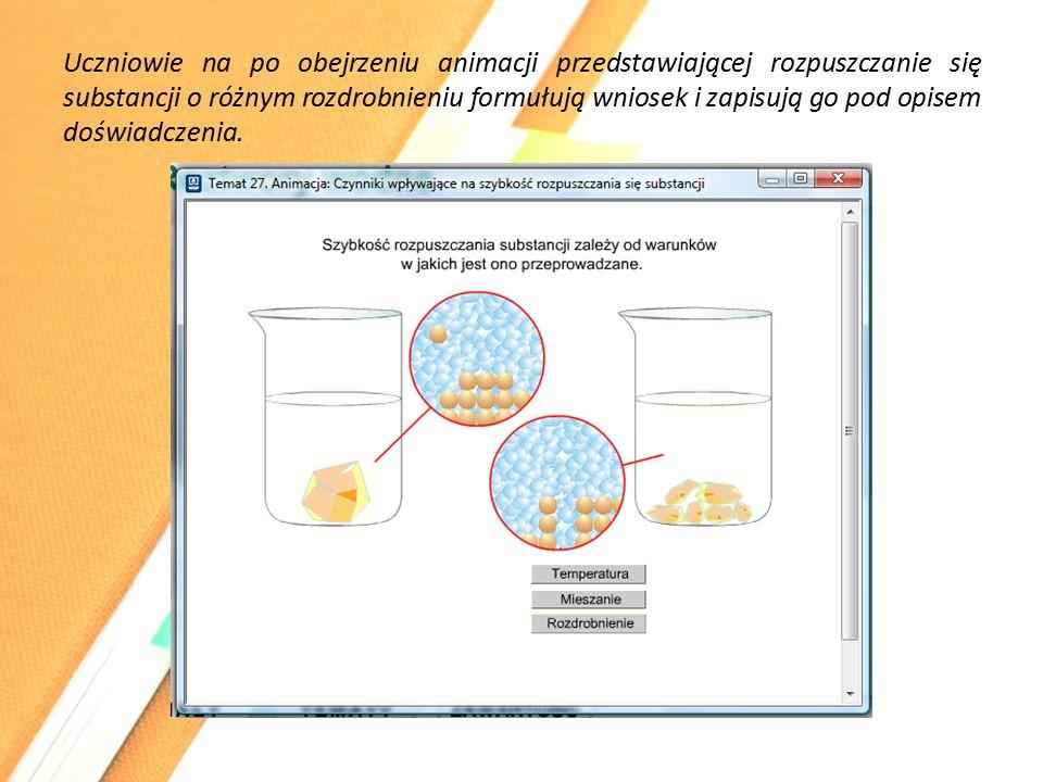 Uczniowie na po obejrzeniu animacji przedstawiającej rozpuszczanie się substancji o różnym rozdrobnieniu formułują wniosek i zapisują go pod opisem doświadczenia.