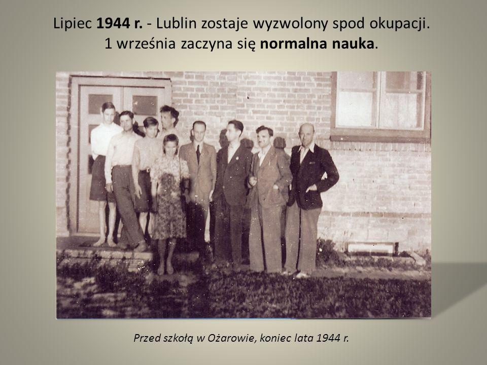Lipiec 1944 r. - Lublin zostaje wyzwolony spod okupacji. 1 września zaczyna się normalna nauka. Przed szkołą w Ożarowie, koniec lata 1944 r.