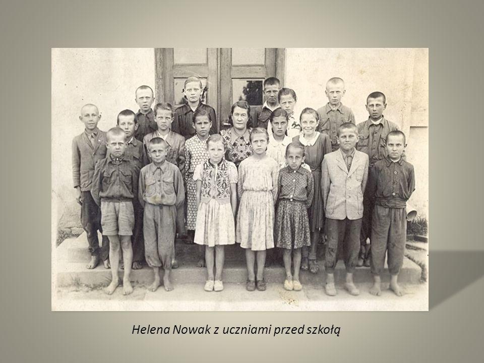 Helena Nowak z uczniami przed szkołą
