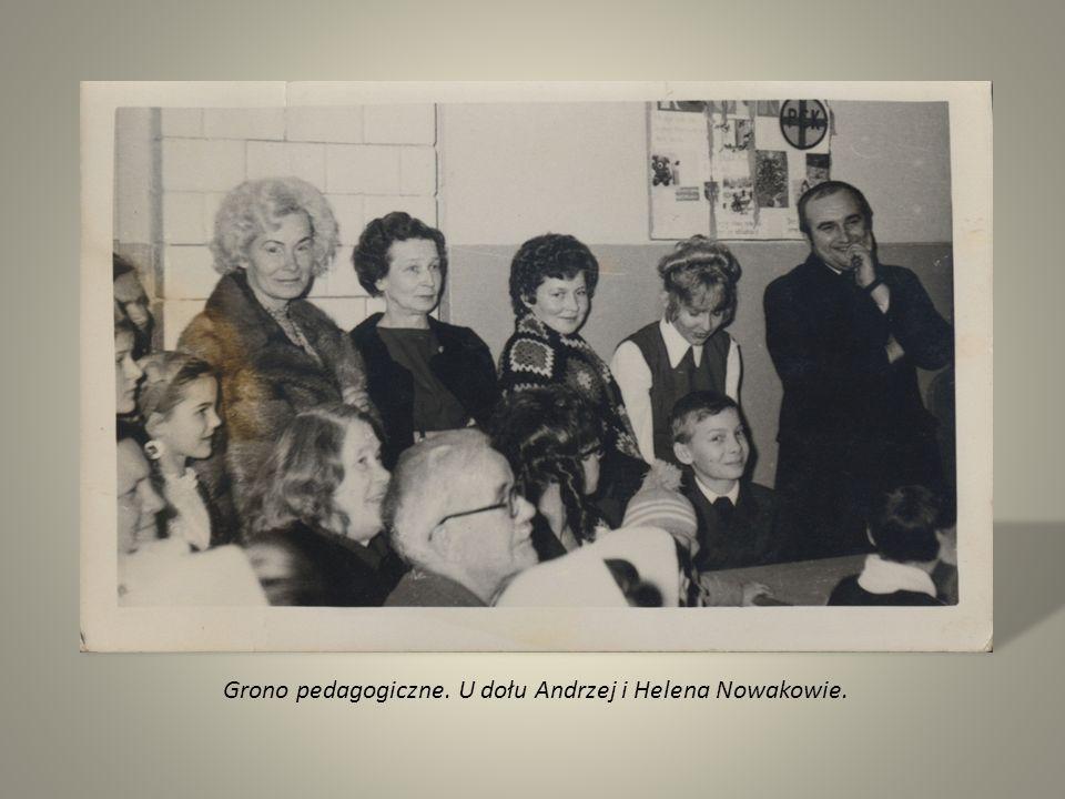 Grono pedagogiczne. U dołu Andrzej i Helena Nowakowie.