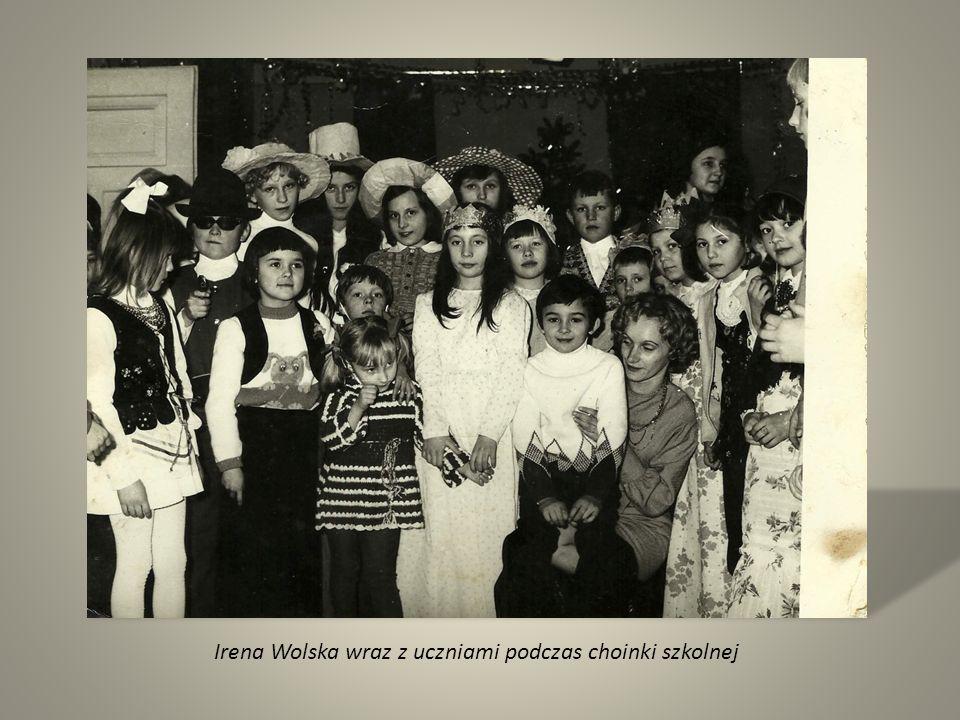 Irena Wolska wraz z uczniami podczas choinki szkolnej