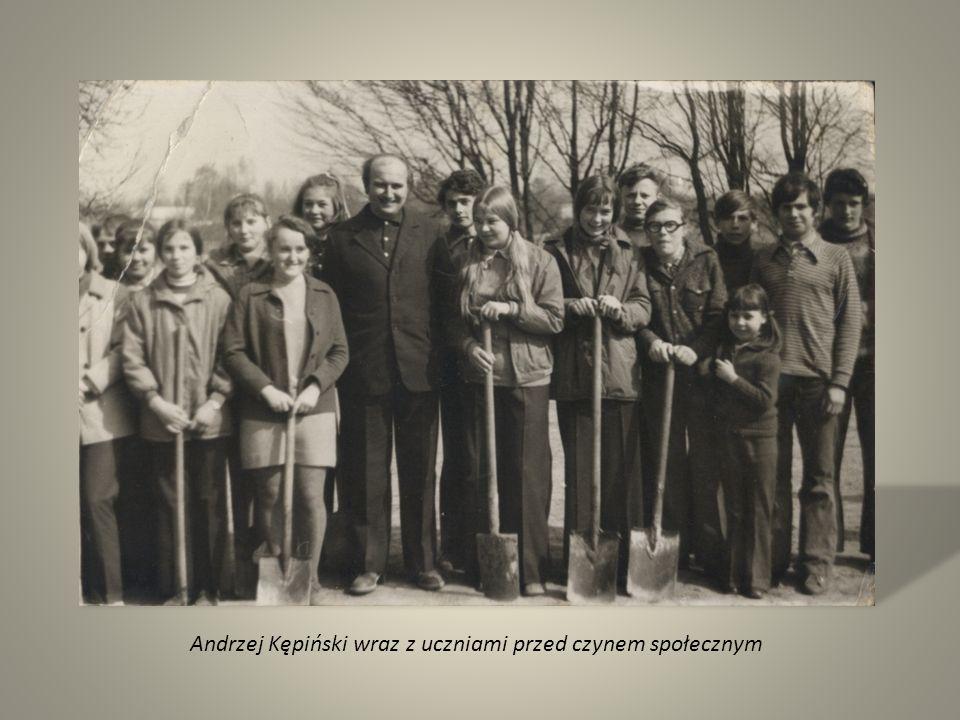 Andrzej Kępiński wraz z uczniami przed czynem społecznym