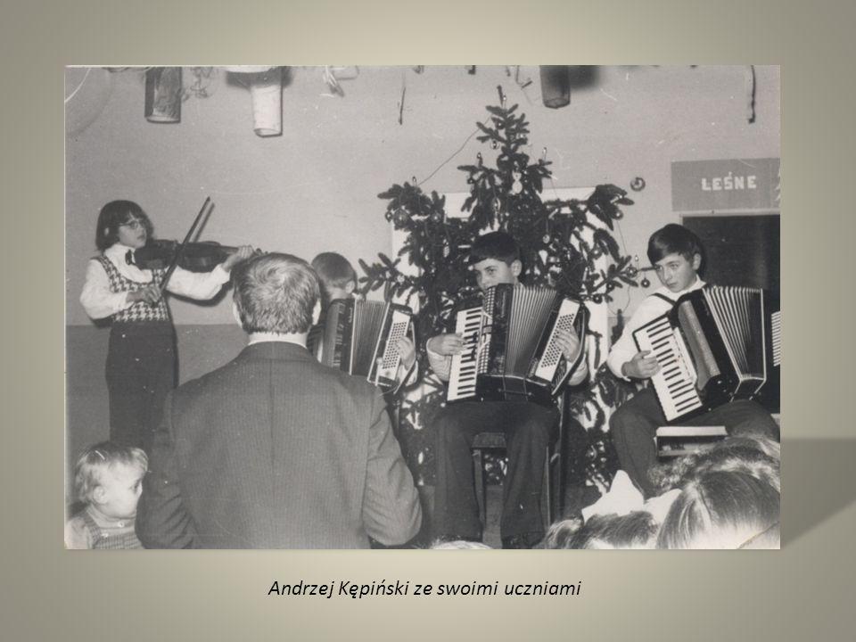 Andrzej Kępiński ze swoimi uczniami