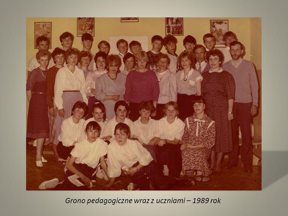 Grono pedagogiczne wraz z uczniami – 1989 rok