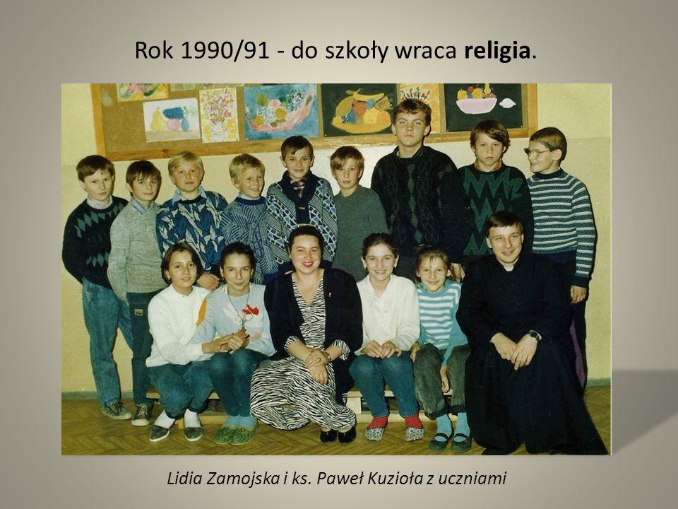 Lidia Zamojska i ks. Paweł Kuzioła z uczniami Rok 1990/91 - do szkoły wraca religia.