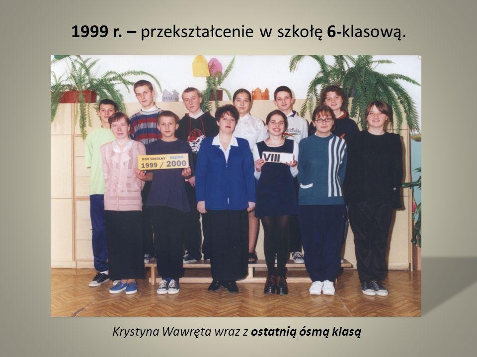 Krystyna Wawręta wraz z ostatnią ósmą klasą 1999 r. – przekształcenie w szkołę 6-klasową.