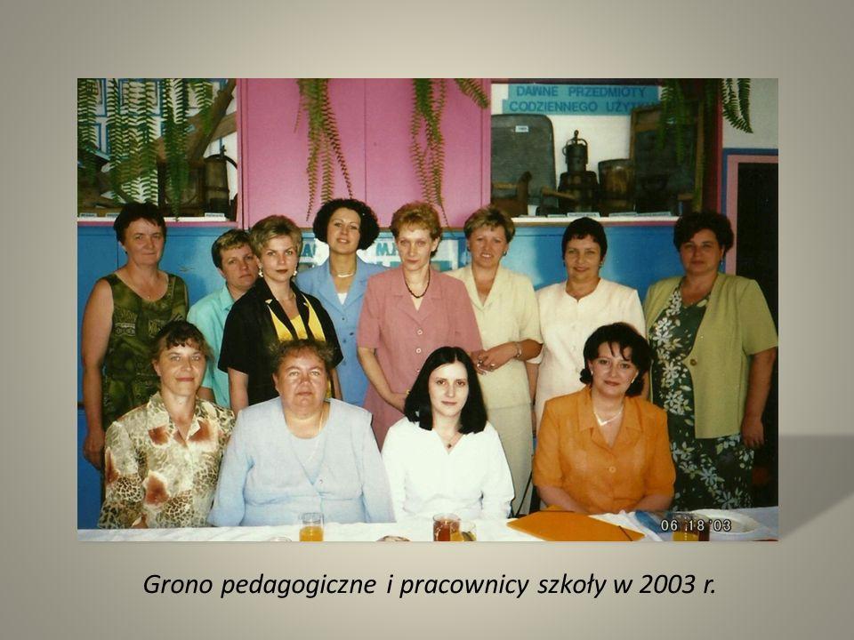 Grono pedagogiczne i pracownicy szkoły w 2003 r.