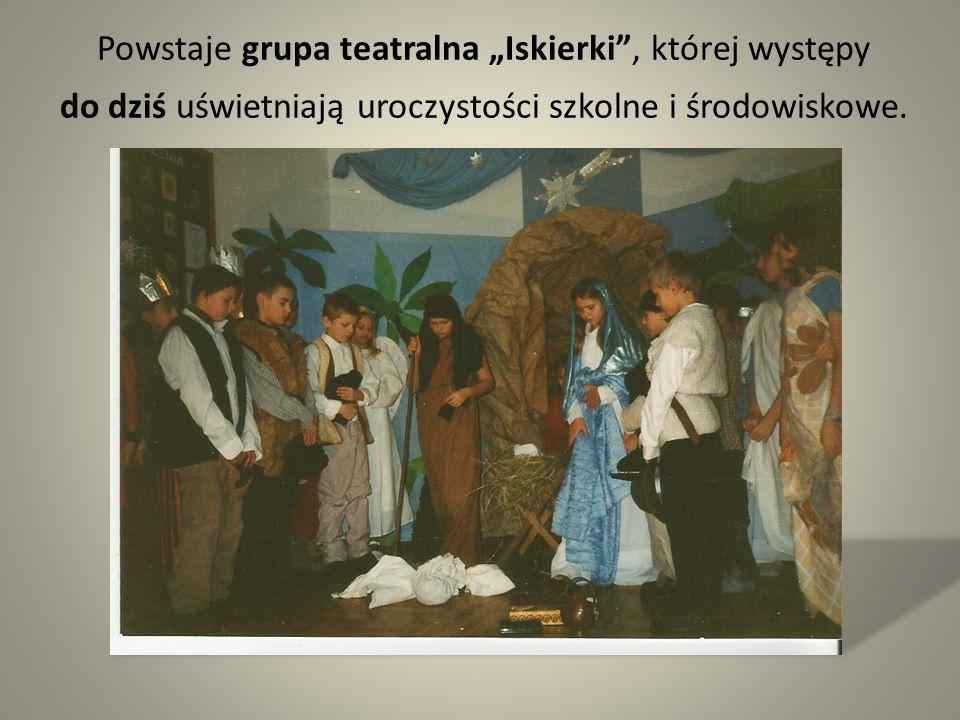 """Powstaje grupa teatralna """"Iskierki , której występy do dziś uświetniają uroczystości szkolne i środowiskowe."""