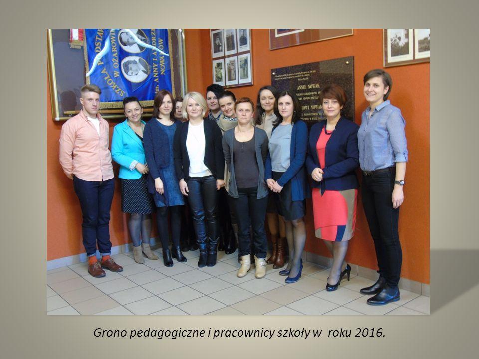 Grono pedagogiczne i pracownicy szkoły w roku 2016.