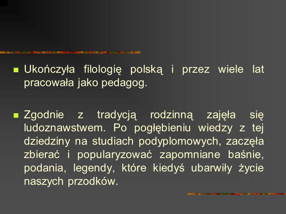 Ukończyła filologię polską i przez wiele lat pracowała jako pedagog.