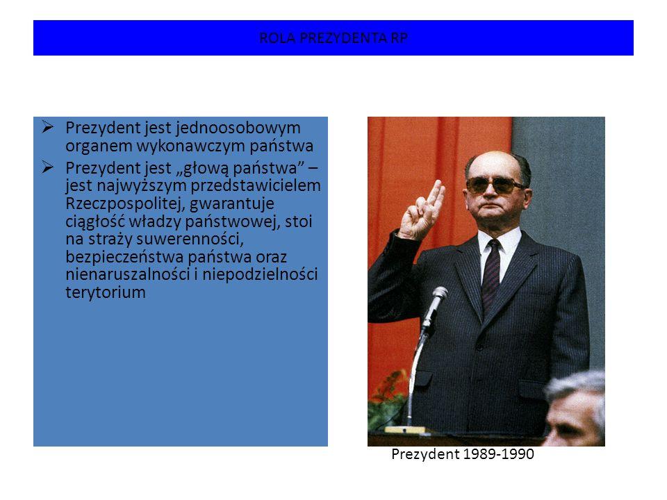 WYBÓR I ODWOŁANIE PREZYDENTA  Prezydent jest wybierany na 5- letnią kadencję w wyborach powszechnych, tajnych, równych, bezpośrednich, większościowych  Ta sama osoba może pełnić tą funkcję tylko dwa razy  Czynne prawo wyborcze w wyborach prezydenckich przysługuje osobom pełnoletnim, posiadającym polskie obywatelstwo, a bierne osobom, które w dniu wyborów ukończyły 35 lat i korzystają z pełni praw wyborczych  Kandydata na prezydenta zgłasza co najmniej 100 tysięcy obywateli Prezydent 1990-1995