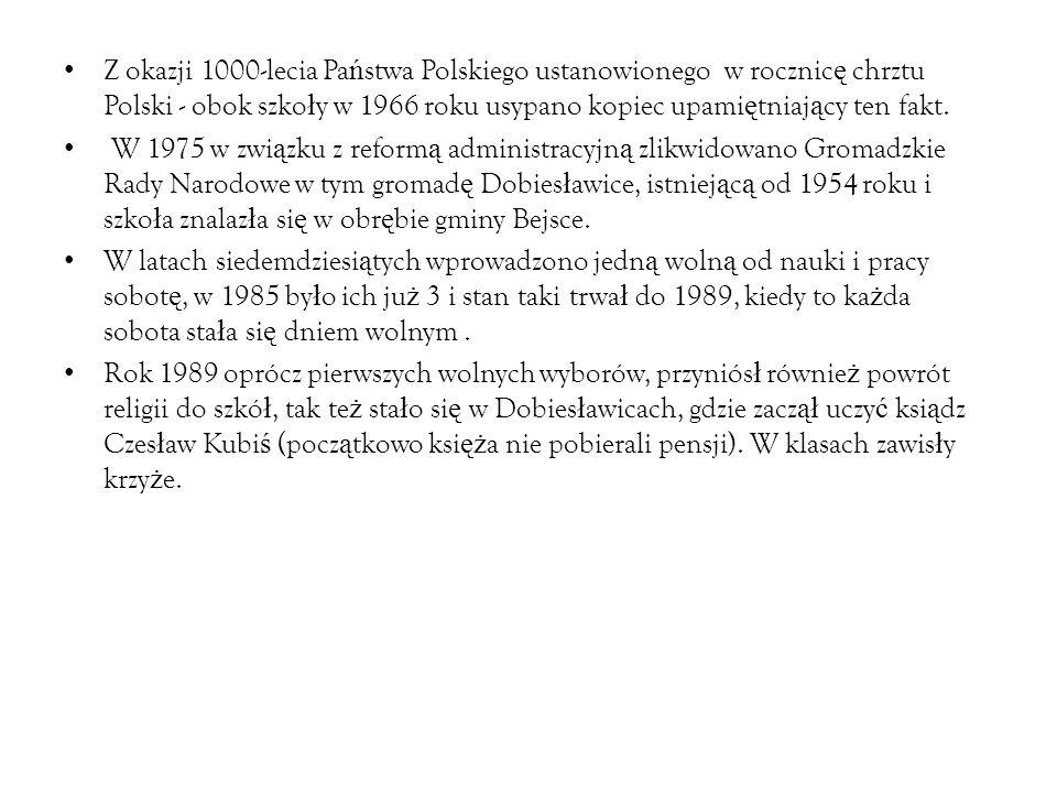 Z okazji 1000-lecia Pa ń stwa Polskiego ustanowionego w rocznic ę chrztu Polski - obok szko ł y w 1966 roku usypano kopiec upami ę tniaj ą cy ten fakt.
