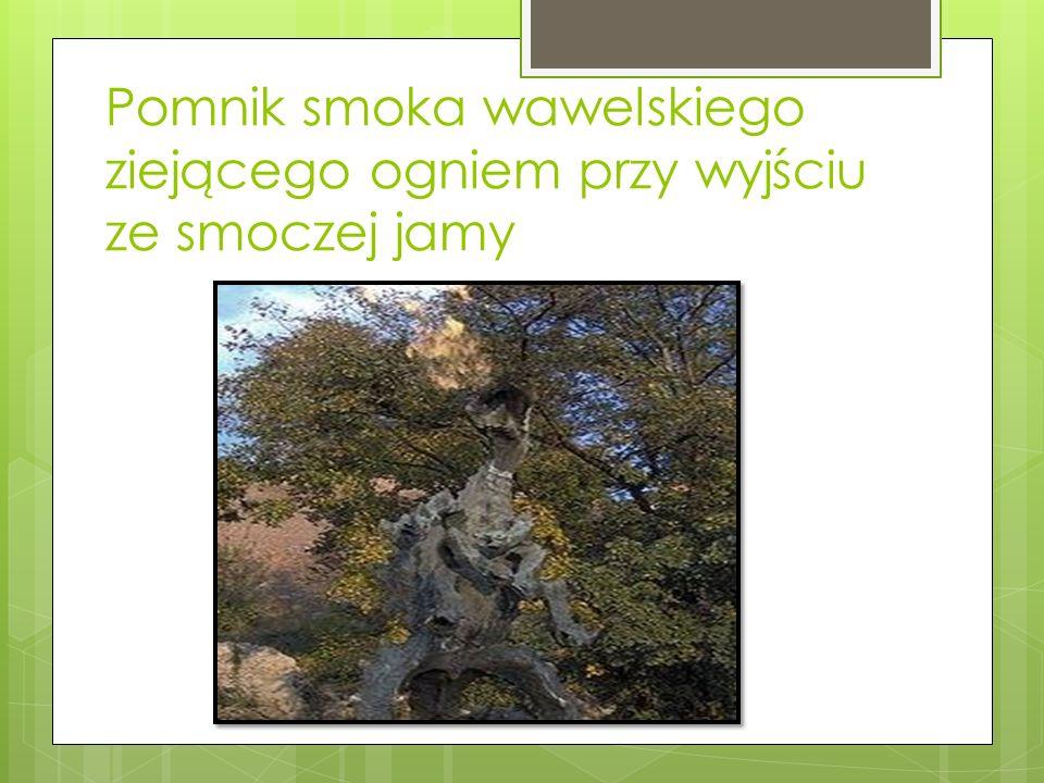 Pomnik smoka wawelskiego ziejącego ogniem przy wyjściu ze smoczej jamy