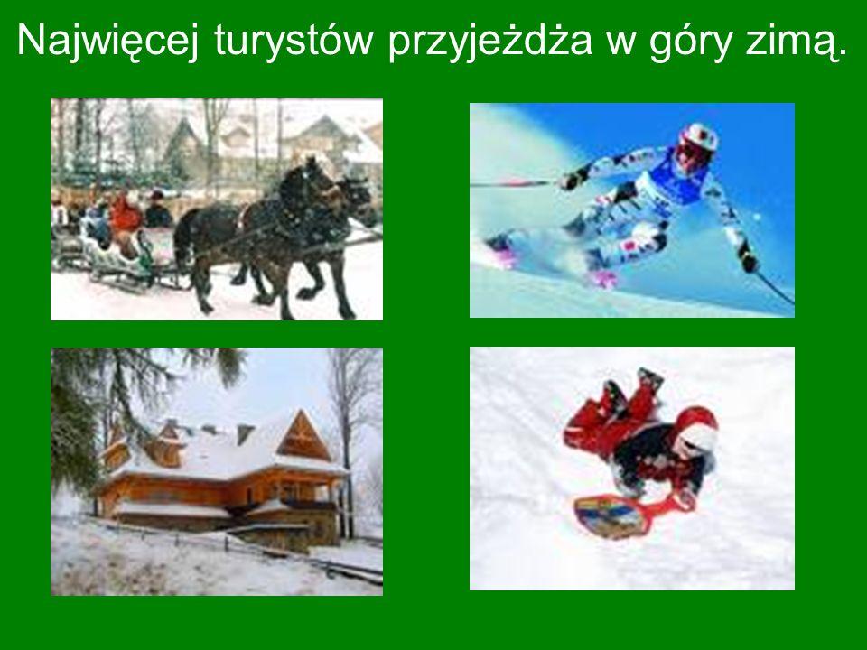 Najwięcej turystów przyjeżdża w góry zimą.