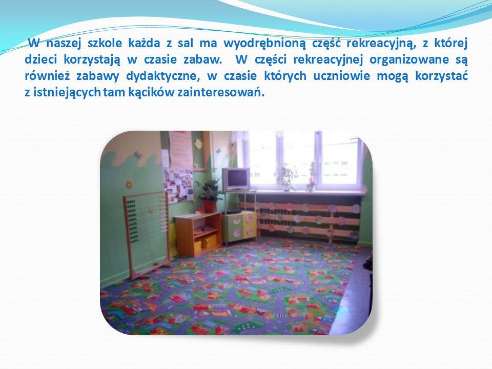 W naszej szkole każda z sal ma wyodrębnioną część rekreacyjną, z której dzieci korzystają w czasie zabaw.