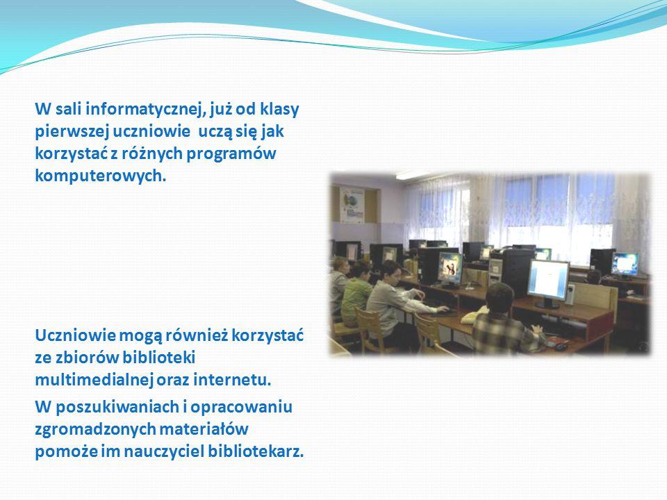 W sali informatycznej, już od klasy pierwszej uczniowie uczą się jak korzystać z różnych programów komputerowych.