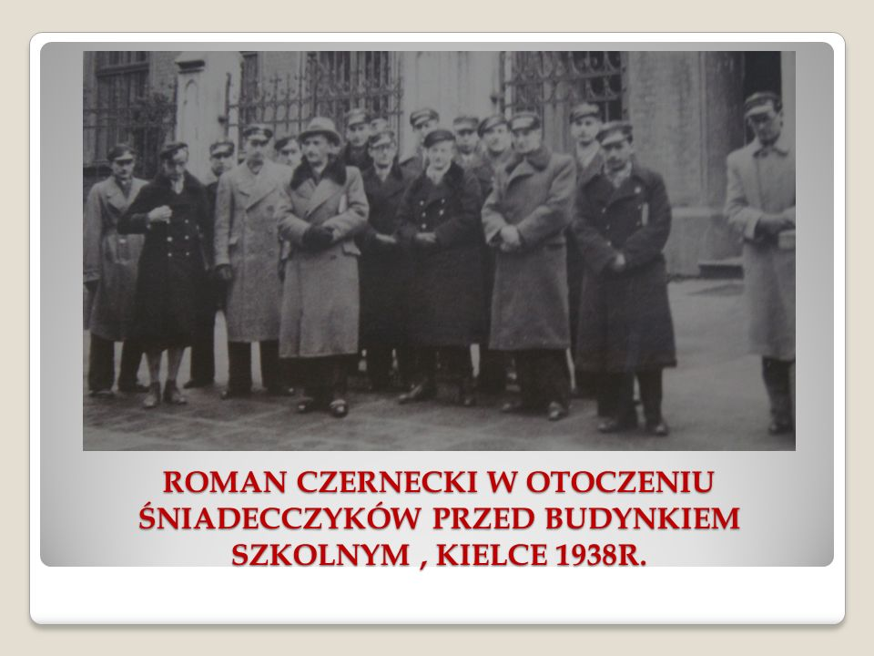 ROMAN CZERNECKI W OTOCZENIU ŚNIADECCZYKÓW PRZED BUDYNKIEM SZKOLNYM, KIELCE 1938R.