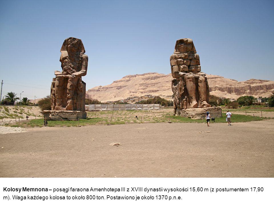 Kolosy Memnona – posągi faraona Amenhotepa III z XVIII dynastii wysokości 15,60 m (z postumentem 17,90 m). Waga każdego kolosa to około 800 ton. Posta