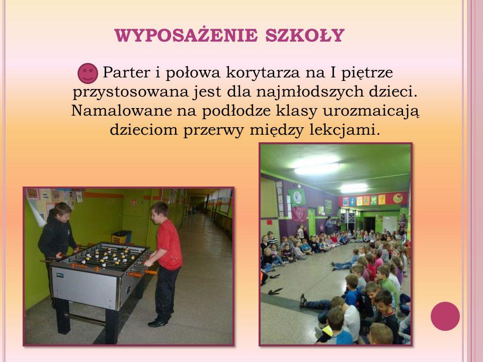 WYPOSAŻENIE SZKOŁY Parter i połowa korytarza na I piętrze przystosowana jest dla najmłodszych dzieci. Namalowane na podłodze klasy urozmaicają dziecio