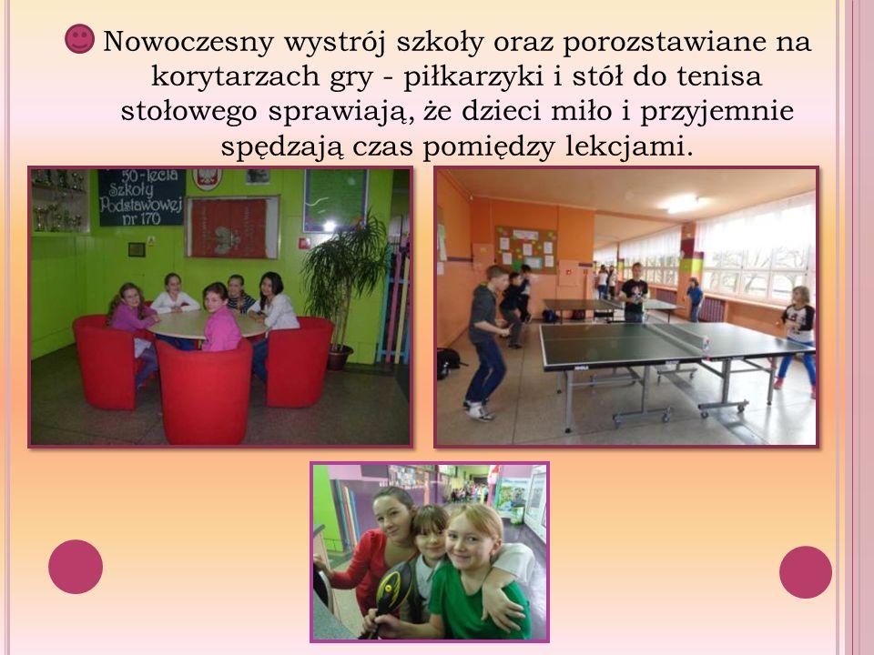 Nowoczesny wystrój szkoły oraz porozstawiane na korytarzach gry - piłkarzyki i stół do tenisa stołowego sprawiają, że dzieci miło i przyjemnie spędzaj