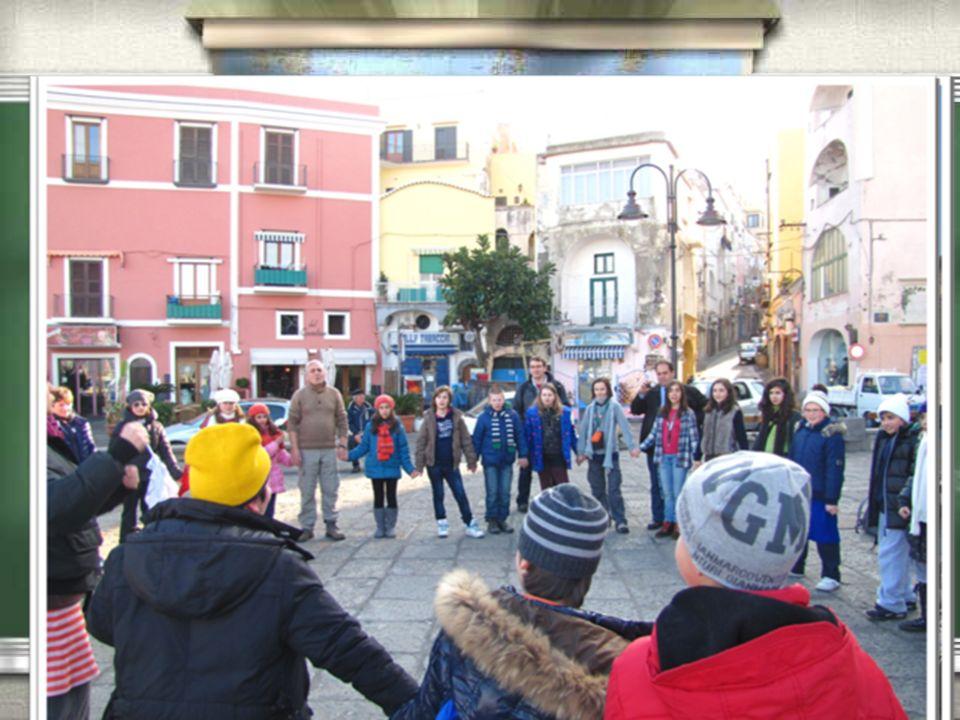 W styczniu 2012 roku 4 uczniów naszej szkoły i dwóch nauczycieli odwiedziło uczniów ze szkoły Podstawowej we Włoszech na wyspie Procida.