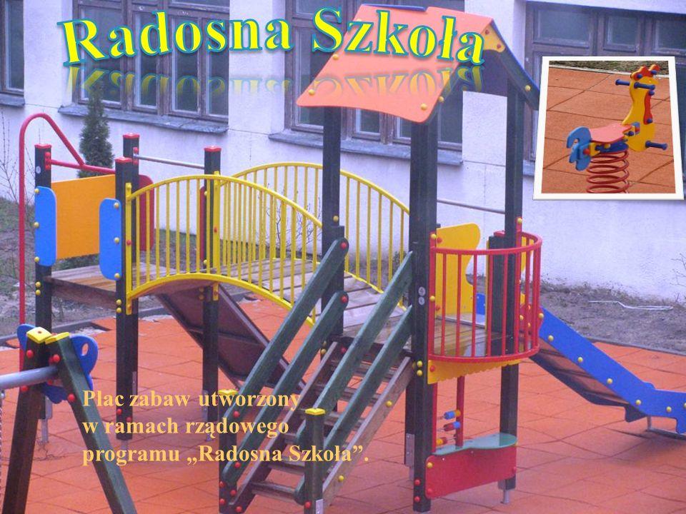 """Plac zabaw utworzony w ramach rządowego programu """"Radosna Szkoła""""."""