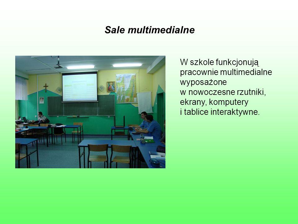 Sale multimedialne W szkole funkcjonują pracownie multimedialne wyposażone w nowoczesne rzutniki, ekrany, komputery i tablice interaktywne.