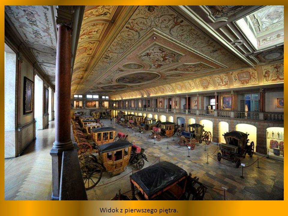 Nie wiadomo gdzie patrzeć, na suficie uwage przykuwają ogromne malowidła w 3 owalnych medalionach, dominują elementy związane z tematyką jezdziecką.