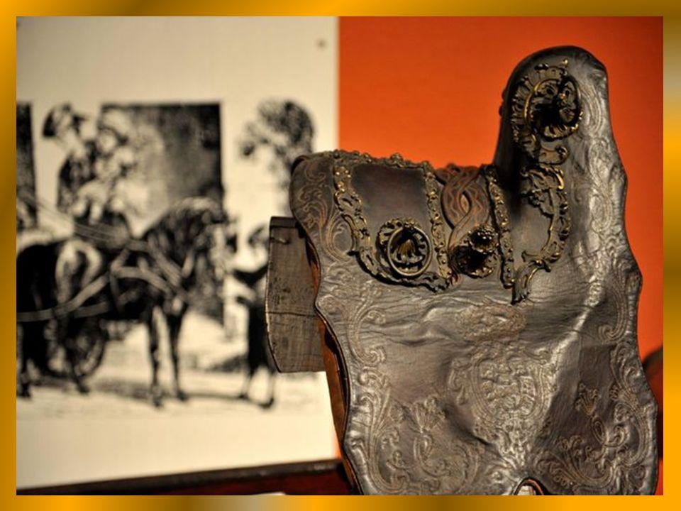 Akcesoria : uprzęże końskie - uzda, lejce.... dekorowane królewskim herbem.