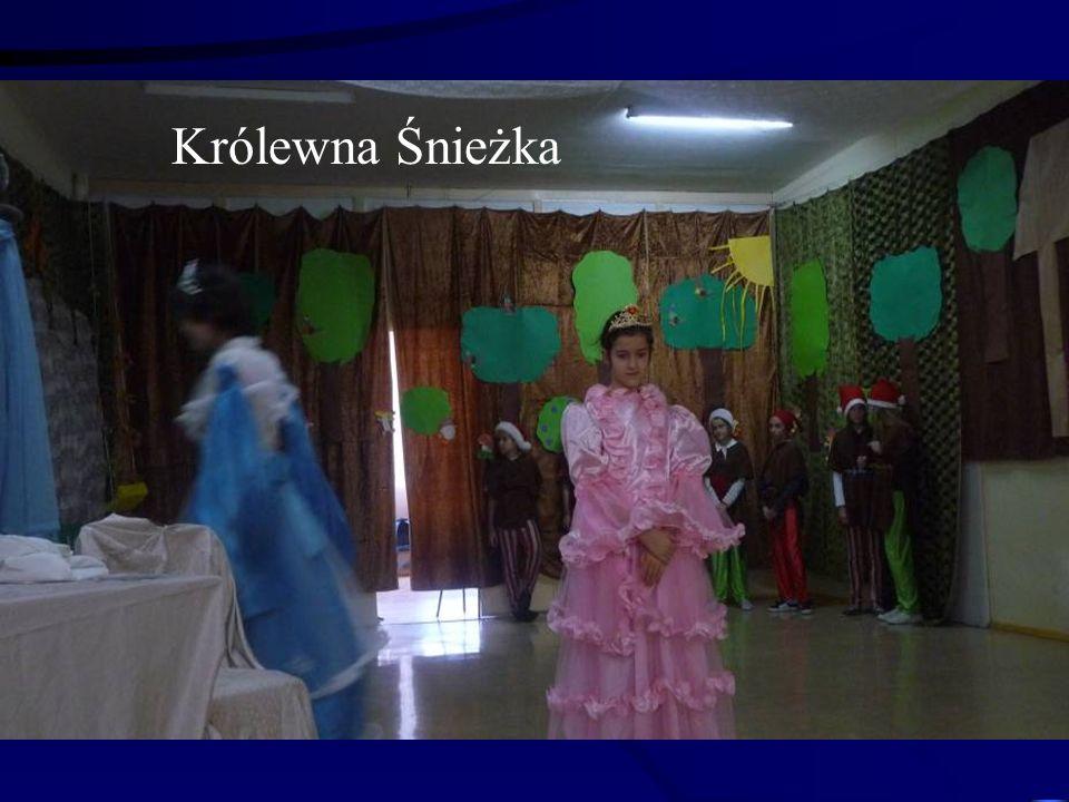 """Aktorzy szkolnego teatru w przedstawieniu """"Królewna Śnieżka"""