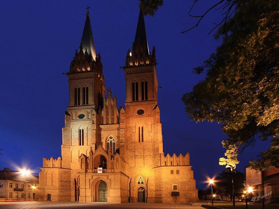 Kościół pw. Św. Witalisa przy ul. Brzeskiej, w tle Katedra
