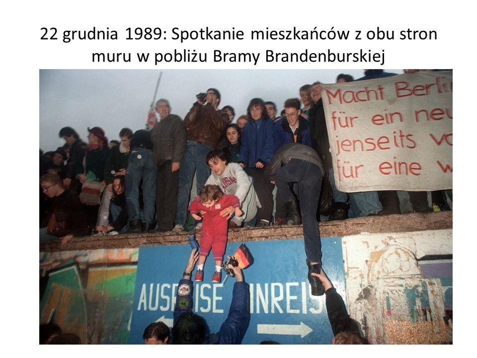 22 grudnia 1989: Spotkanie mieszkańców z obu stron muru w pobliżu Bramy Brandenburskiej