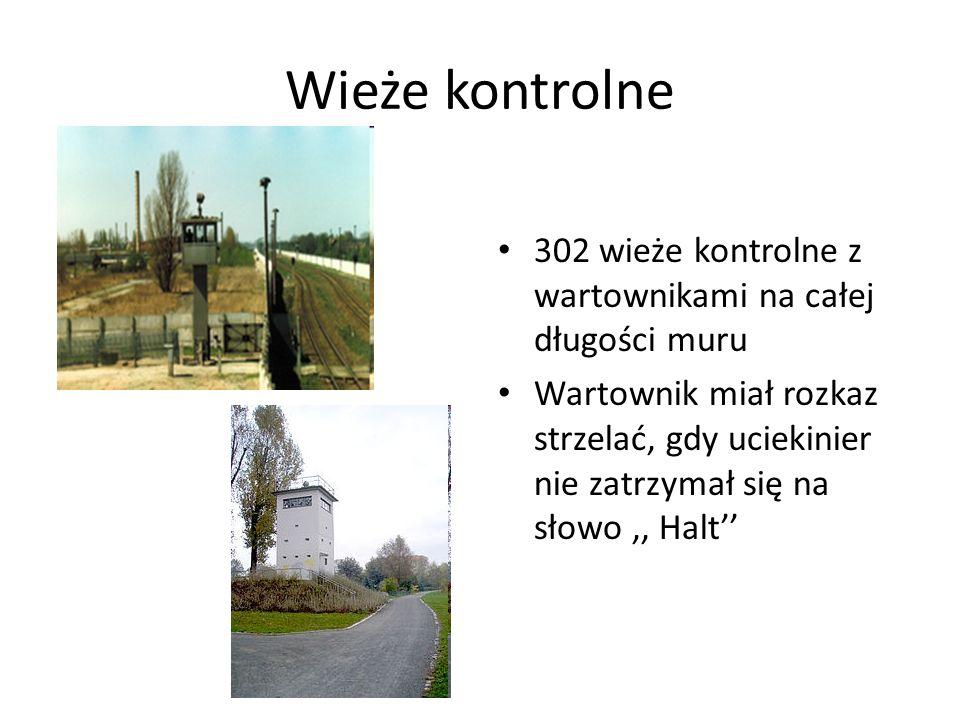 Wieże kontrolne 302 wieże kontrolne z wartownikami na całej długości muru Wartownik miał rozkaz strzelać, gdy uciekinier nie zatrzymał się na słowo,, Halt''