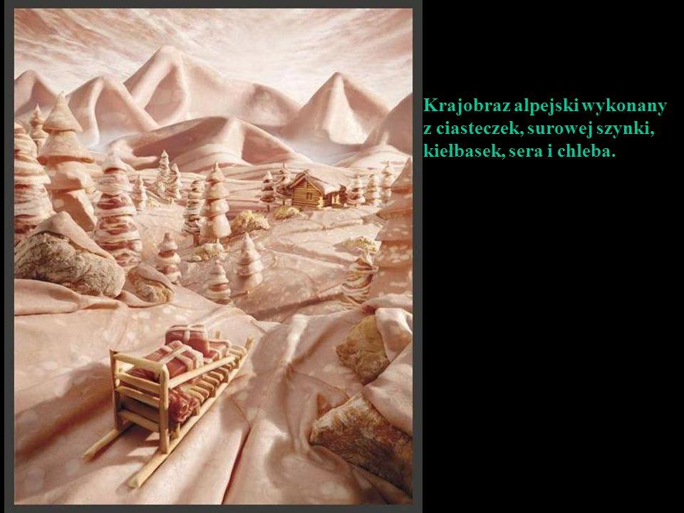 Krajobraz alpejski wykonany z ciasteczek, surowej szynki, kiełbasek, sera i chleba.